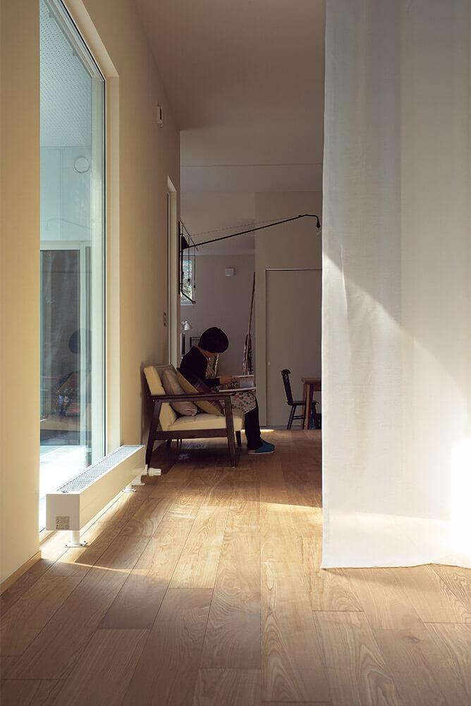 個々の場を扉で完全に分けてしまうのではなく、緩やかにゾーニングを行っているのが「平屋土間の家」の特徴。将来的にも可変可能な設計