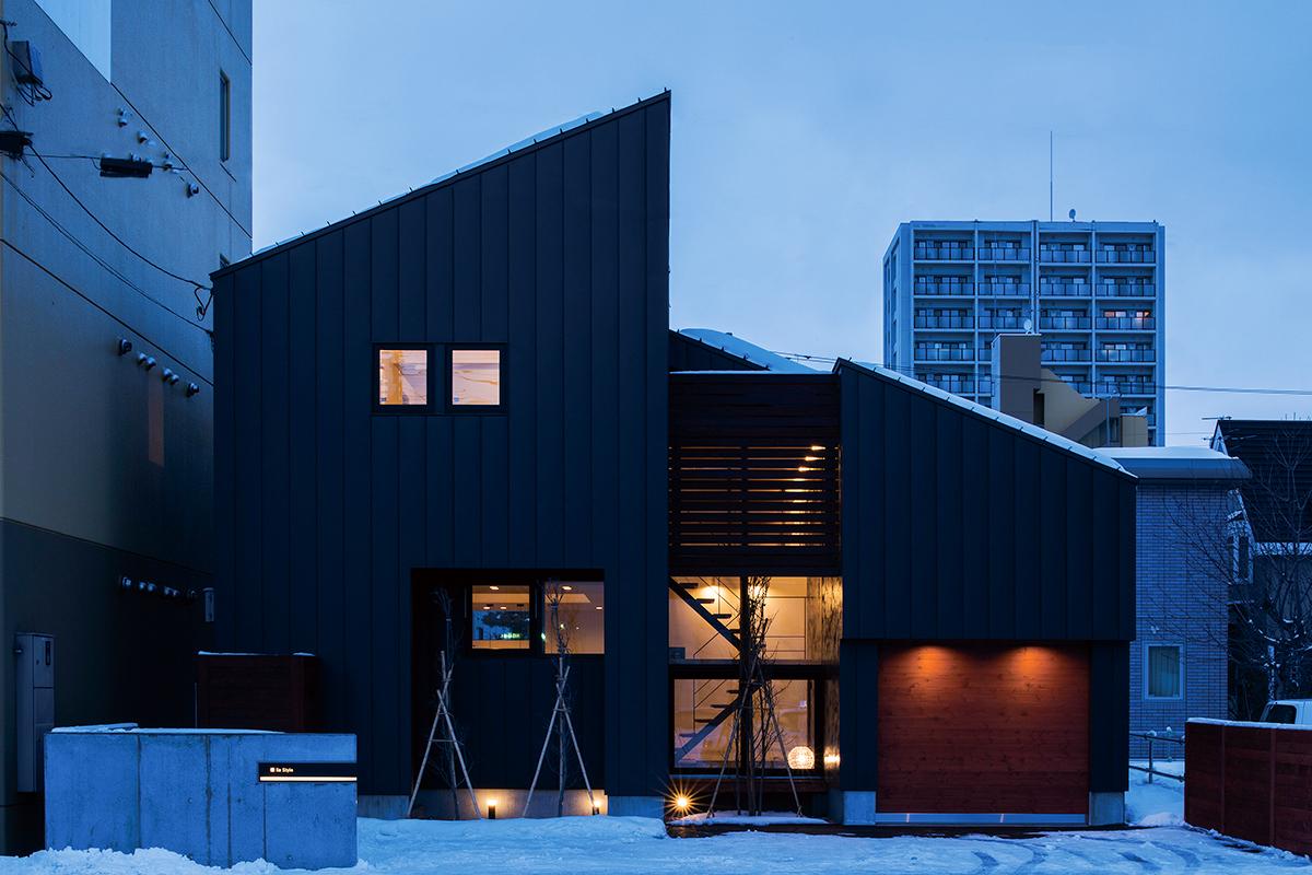 夕刻には外に漏れる明かりも建物を演出。アシンメトリーな屋根が特徴的
