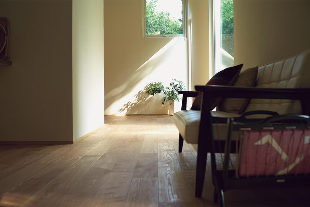 キッチン横にあるパントリーの奥が寝室。もちろんここからも恵まれた眺めを存分に楽しむことができる