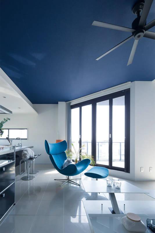 2階LDKは深海を思わせるディープブルーの天井が印象的。夜は間接照明の灯りで落ち着いた雰囲気となる