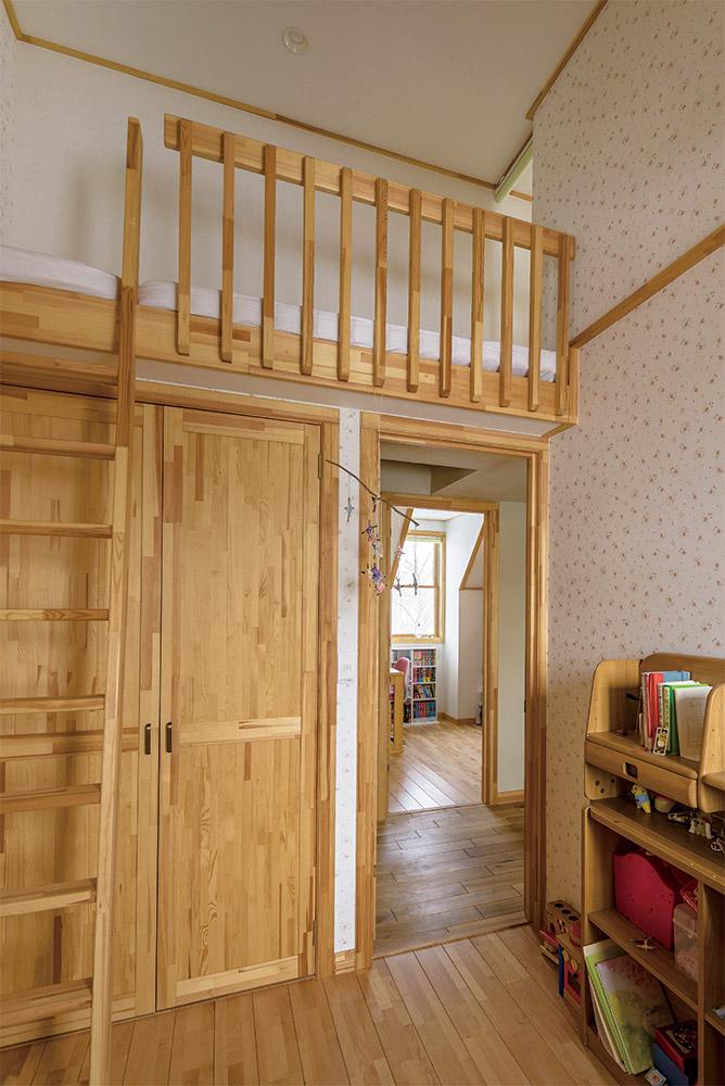 3人の子どもたち、それぞれに用意された個室。各部屋に設けられた寝台ロフトは間仕切りがなく、ロフトからも行き来ができる