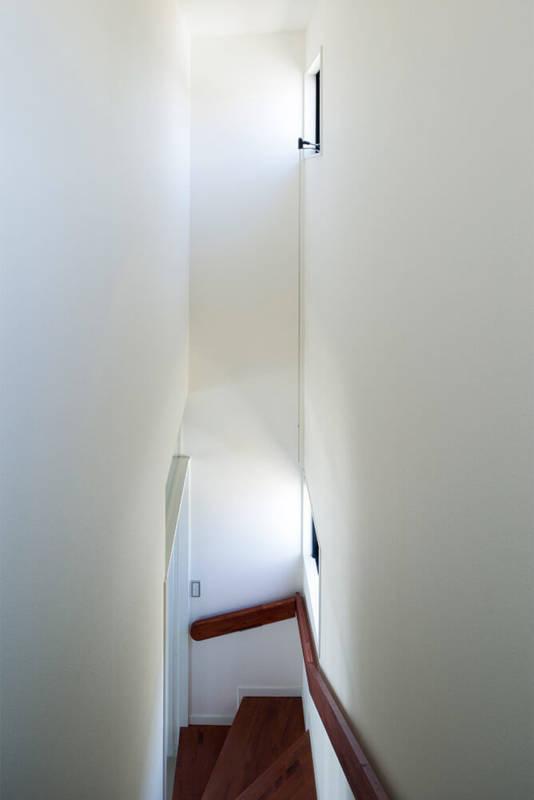 北側の階段も明るさ充分。手すりには間接照明が組み込まれている