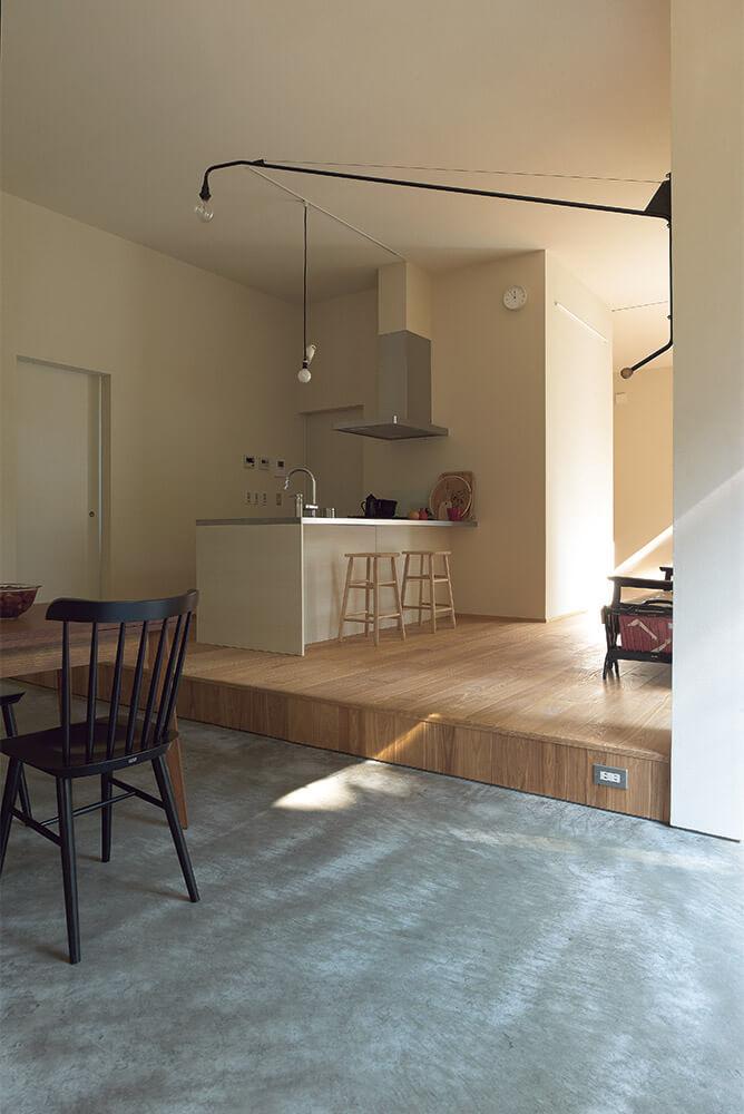 プライベートな空間を集めた東側。オープンなキッチンを中心に配し生活の中心に