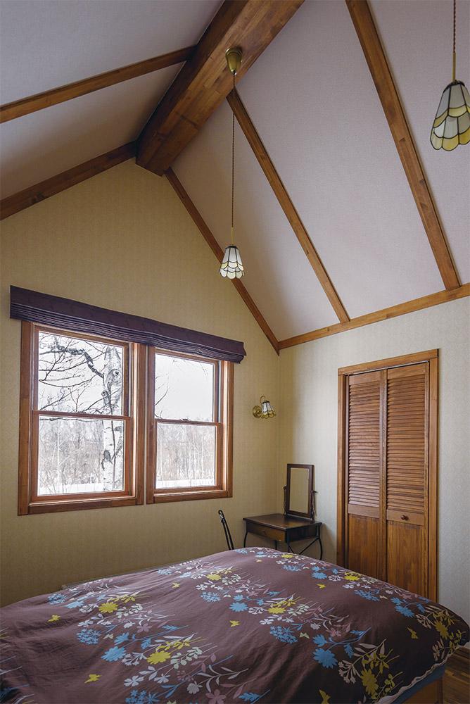 2階北側に設けられた主寝室には、奥さんお気に入りの河畔林を望む開口が設けられ、四季の移ろいが楽しめる