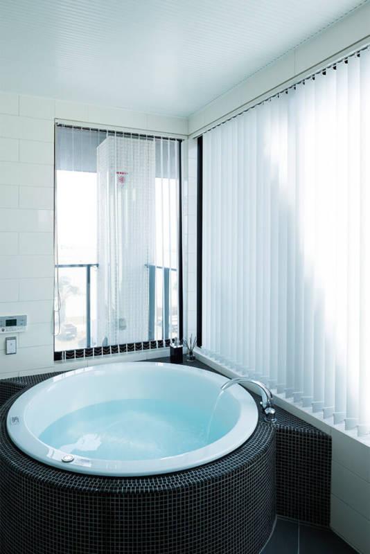 リゾートムードたっぷりの3階のバスルーム。今年の元旦には入浴しながら海から昇る初日の出を観賞したそう