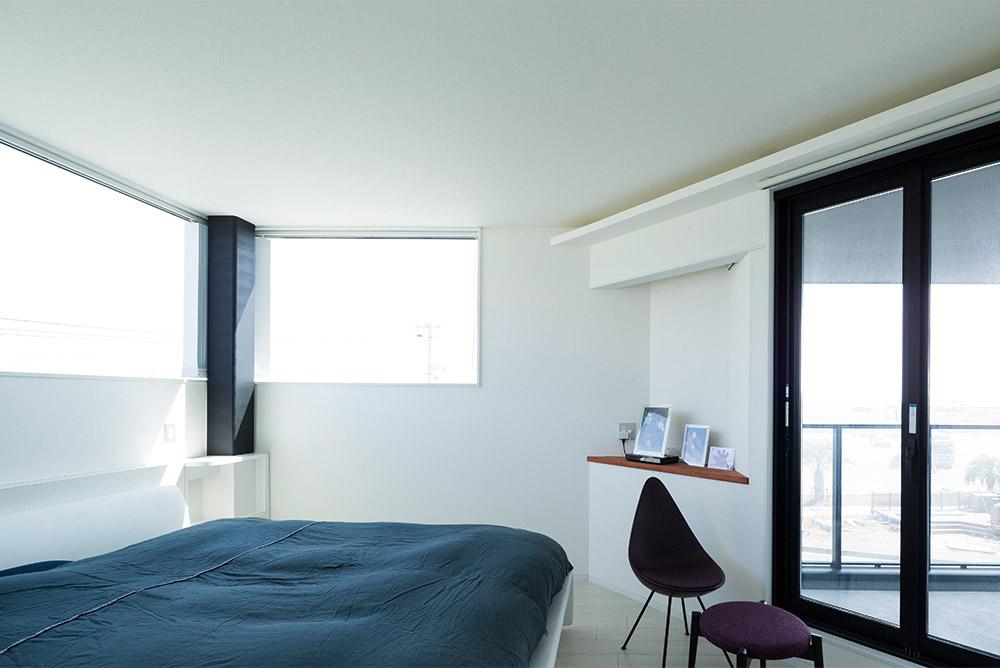 白い内装に包まれた清潔感あふれる3階寝室。海を望める三角バルコニーが備わっている