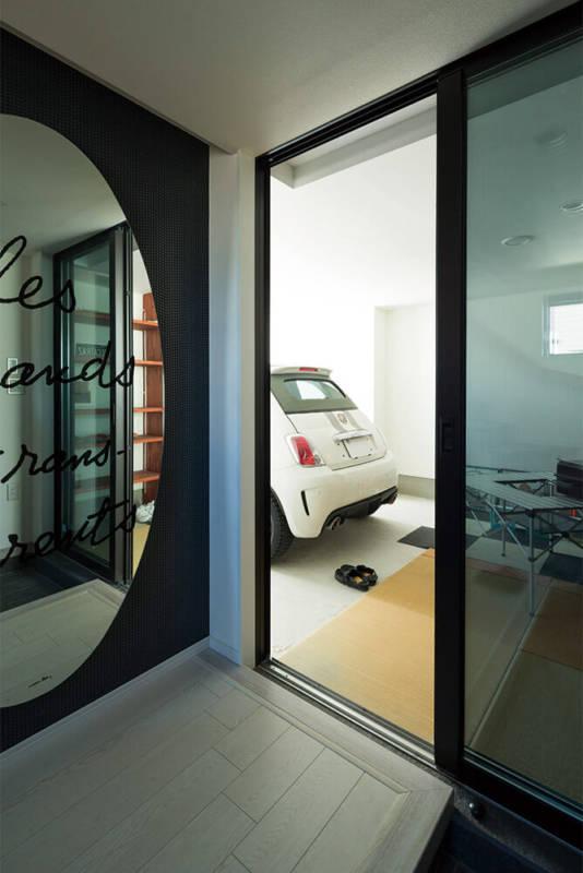 インナーガレージには玄関ホールからも出入りが可能だ