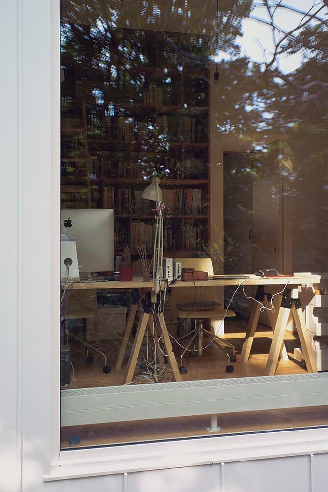 どんな時も外を眺められる環境を望んだオーナーのために、デスク前にも大きな開口部を設けた。季節の移り変わり、鳥のさえずり、雨の音、常に自然を感じながら過ごせる空間