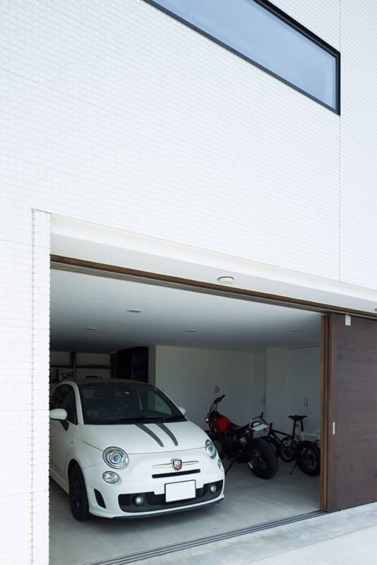 愛車のイタリア車を潮風によるサビから守る1階のインナーガレージ