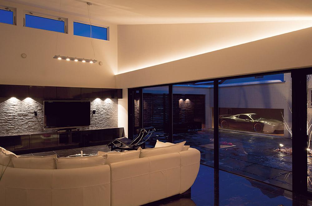 夜ならではの雰囲気を楽しめるよう、きめ細かな照明計画で、LDKや中庭を効果的に演出。ライトに照らされた愛車が、より美しい表情を見せる