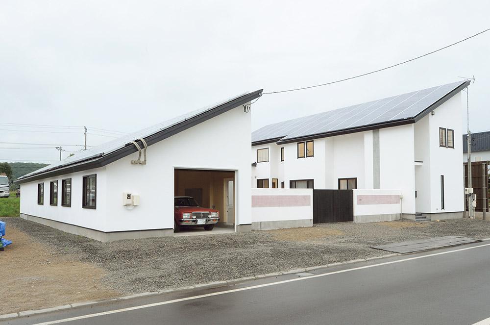 家とガレージを組み合わせたコートハウスは、車の出し入れもスムーズ