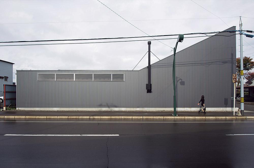 外壁の上の方に設けた窓もルーバーで目隠しされ、外から窓が一切見えないデザイン