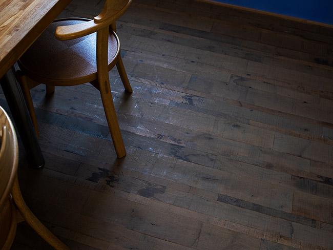 あえてラフに仕上げた古材風の床材を採用