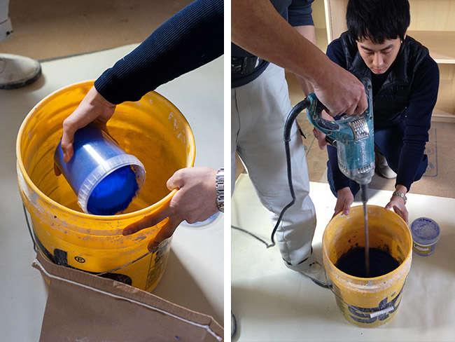本漆喰プラネットウォールと水を入れて、ミキサーでしっかりと混ぜる
