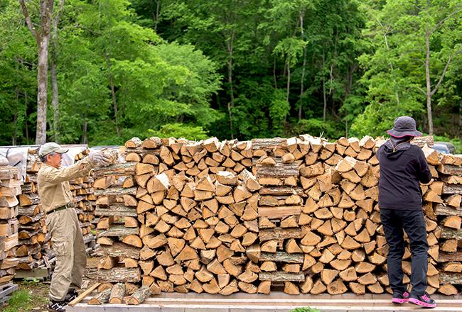 ひとつひとつ微妙に形が違う薪を組み合わせて、バランスよく積み上げていく作業は、高難易度のパズルのよう。効率よくしっかりと乾燥させるため、薪棚の両端と中央は、通気が良いように積み方を変えている