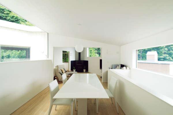 万華鏡のように展開する多角形の景色を持つコートハウス