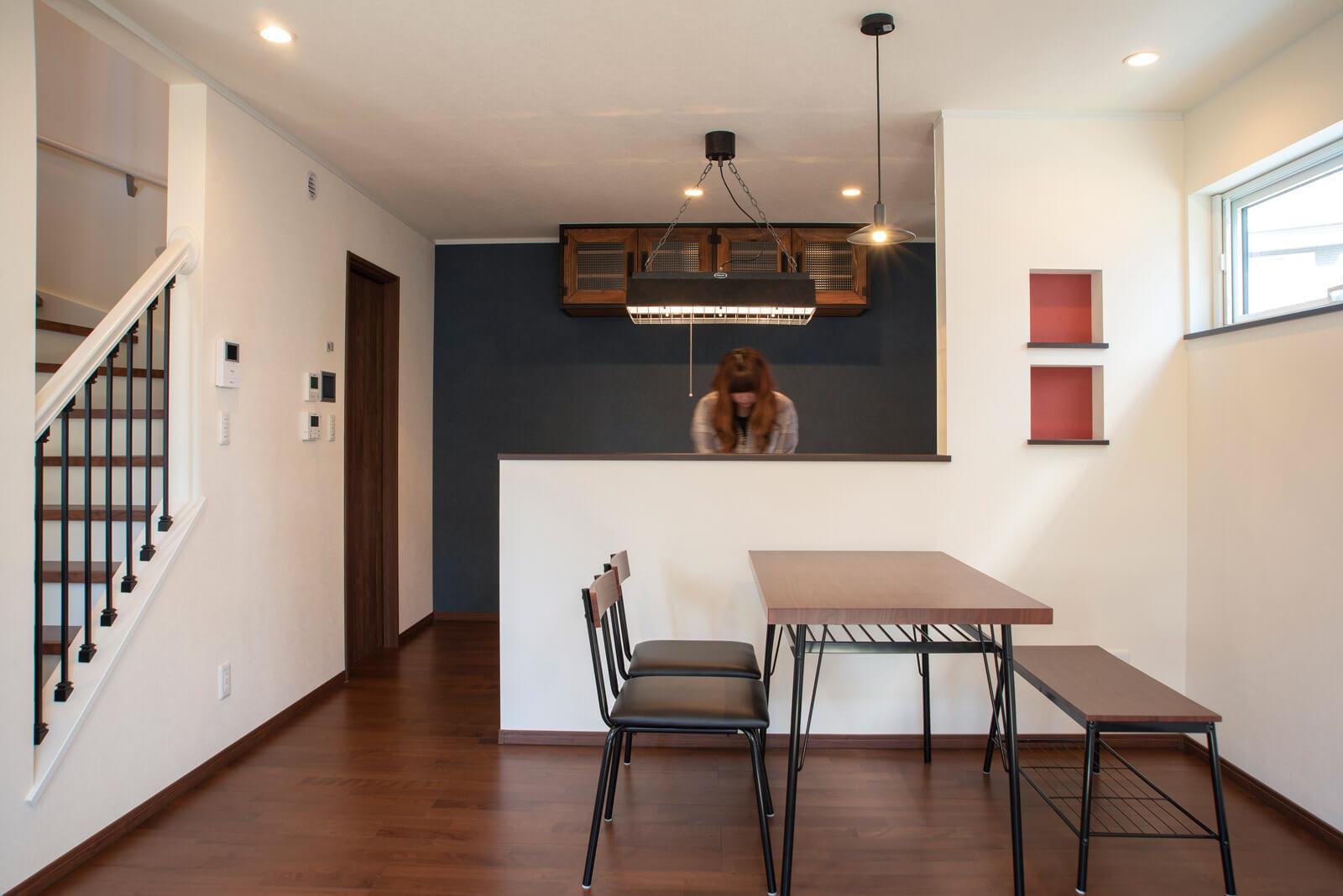 アンティークな雰囲気の吊り戸棚や照明は施主が調達。細部のデザインにもこだわったキッチン