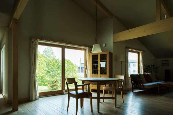 家族の歴史を家具と木肌に刻む永住の住まい