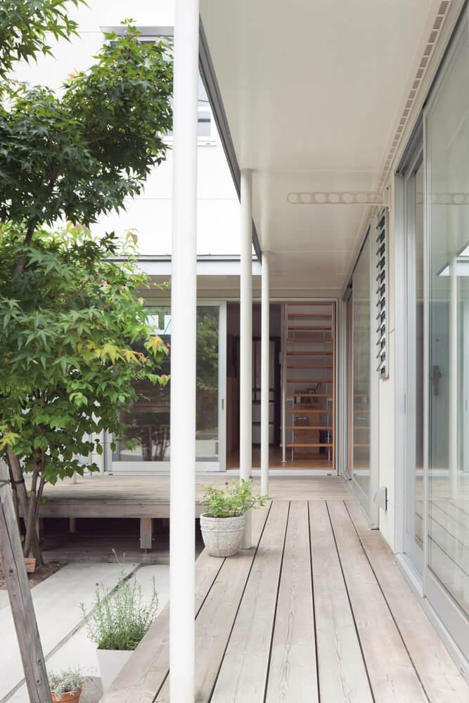 デッキ側から室内。中庭に面した窓はすべて大型の掃き出し窓を使用。室内の床と段差なくつながることで、より外部を楽しむ暮らしが可能となっている