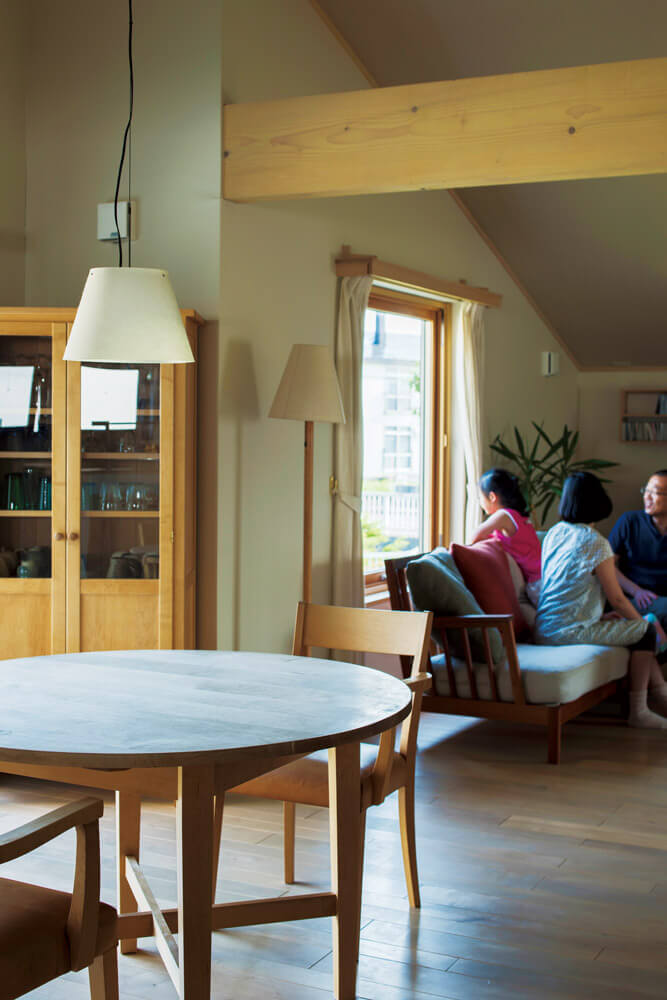 新しい家具、花嫁道具の家具、イタヤカエデの無垢床が、温かな家族の時間を紡ぐリビング・ダイニング