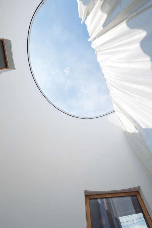 透け感のあるカーテンで緩やかに仕切られた中庭的なテラスが心地よい