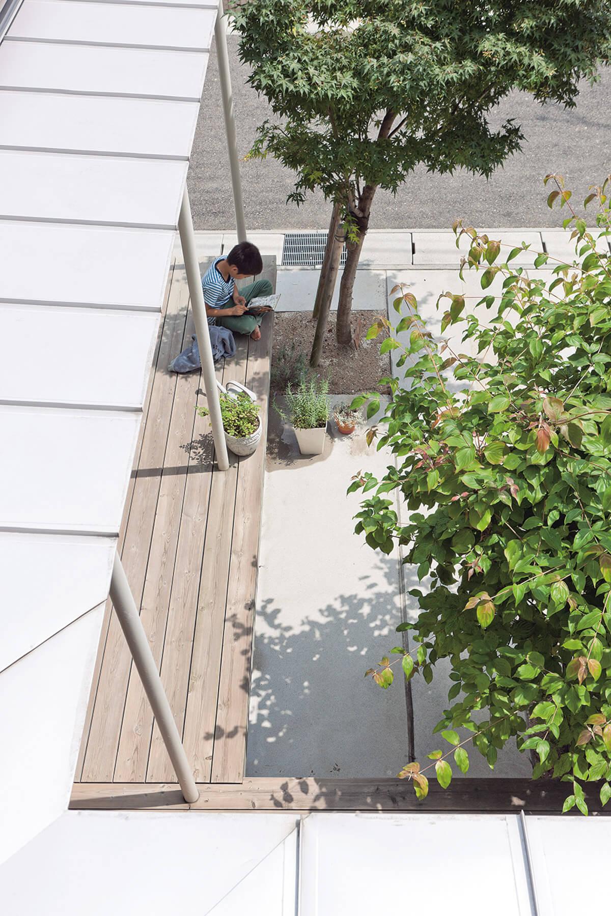 東側の子ども室から中庭を見下ろす。中庭に面した道路は近隣5世帯の共用部分であるため、周辺の環境まで考えてこの庭を設けたという