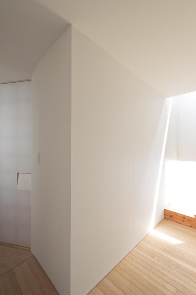 玄関から見る。光の筋が射すほうへ、導かれるようにして2階へ。左手の部屋は寝室で、障子の手がかりの細かい造作に驚く