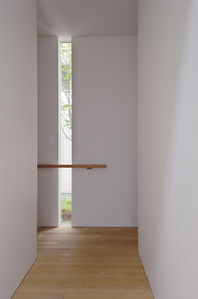 2階から階段を下りてくると、スリット窓から中庭が垣間見える。こういったちょっとした仕掛けで空間は魅力的に変わる
