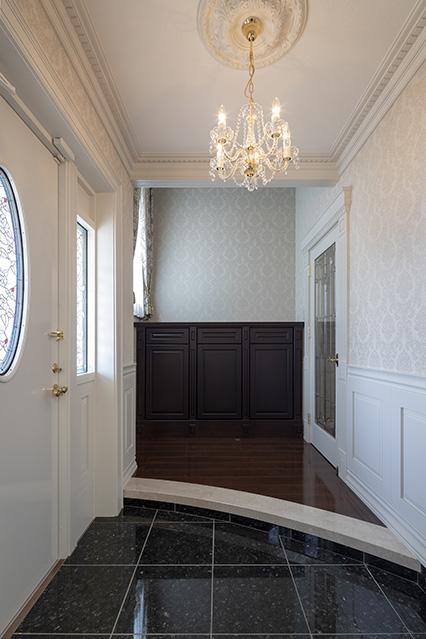 大容量のシューズクロークを別途設け、生活感を排した玄関。すっきりとした空間でステンドグラスやシャンデリアが存在感を放つ