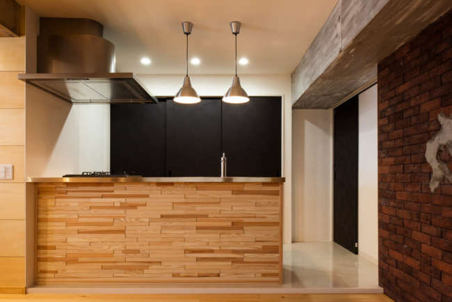 質感豊かなスギ材とクールなステンレスを組み合わせた造作キッチン