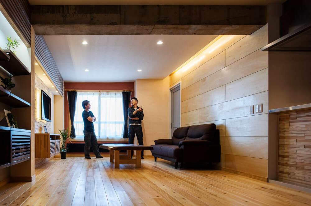 札幌で25年大工の経歴がある近藤勇之さんと、新潟で電気工事会社を経営しながら現場でも活躍する鈴木元近さんの職人コンビ。「今後は住まう人の趣味に特化したプランを」と鈴木さんが語れば、近藤さんも「マンション・リノベにこだわらず、いろんなことにチャレンジしたい」と、意欲的な姿勢をみせる