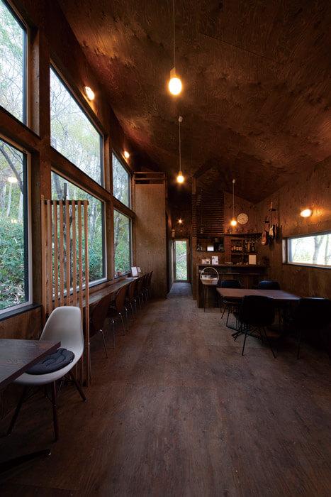 大きな窓から山々を望みながら、料理やコーヒーが楽しめるカフェスペース。大自然を感じながらかけがえのないくつろぎのひとときを提供している
