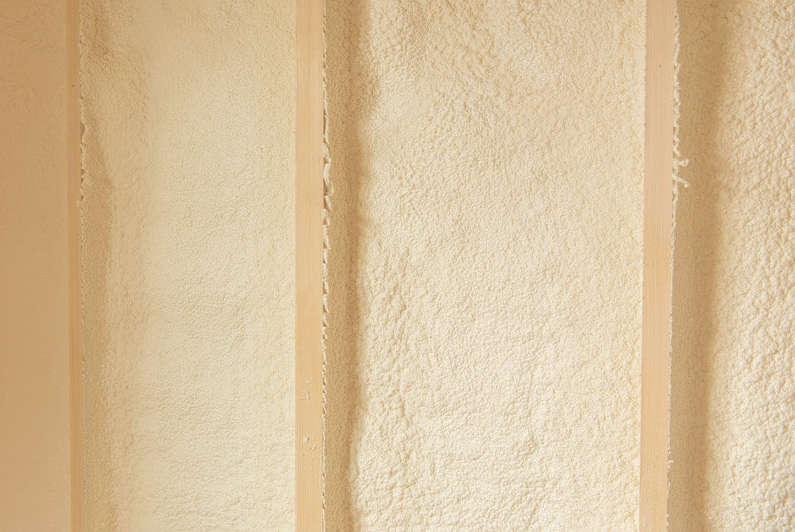 壁の内側には現場発泡スプレー方式の断熱材「エアクララ」を採用。しっかりと構造体や土台に密着して、害虫や寒さから住まいを守る