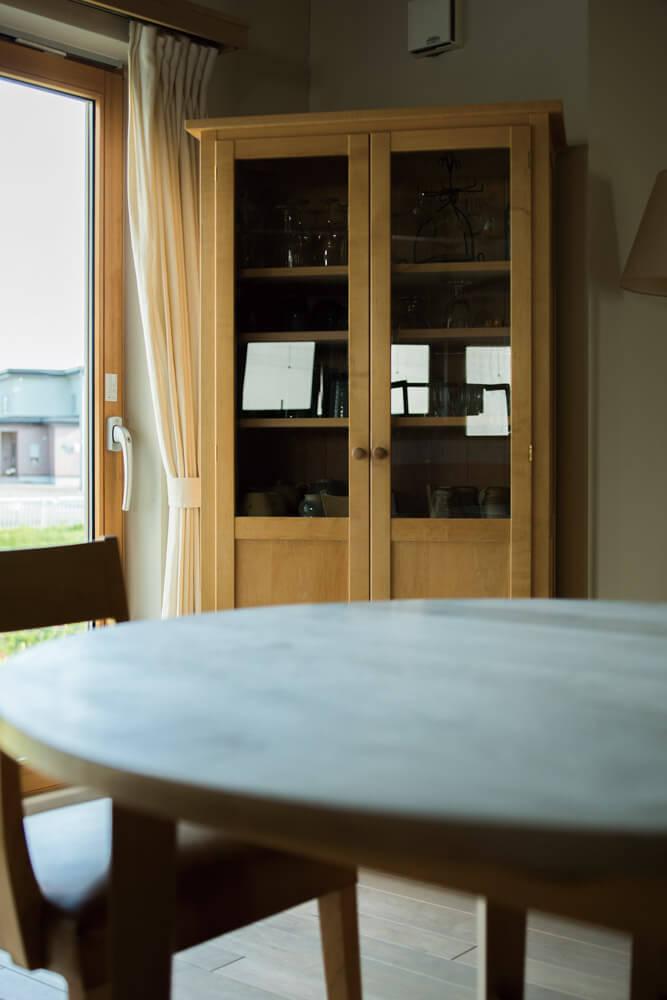 13年間、定期的にオリーブ石鹸で磨かれたメープルのダイニングテーブルは、木肌が白く変化した。乾拭きだけを行ったカップボードは、木肌が飴色に