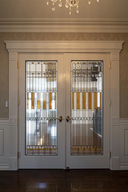 1階ホールの両開きドアは、フランク・ロイド・ライトがデザインしたアメリカ製。扉を開けると、壮大な吹き抜けが広がるリビング