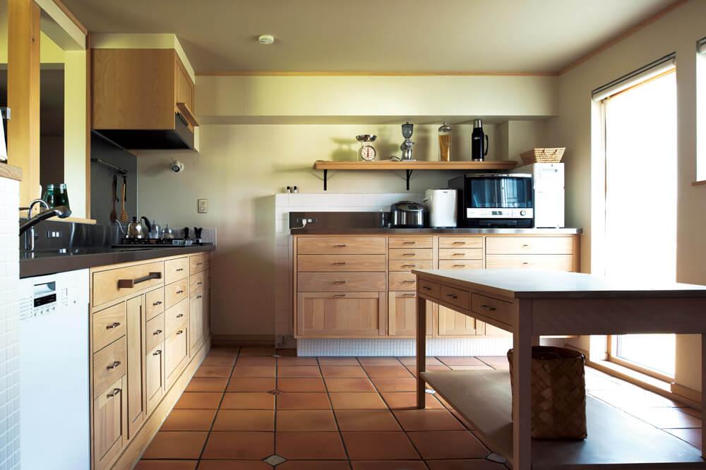 自然素材をふんだんに用いながら、機能的な収納計画。ミーレの食器洗浄機も採用し、使い勝手の良さも追求したキッチン