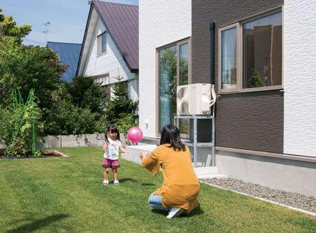 リビングからも出入りできる庭には、子どもが安全に遊べるよう芝を張り、家族で収穫が楽しめる菜園を設けた