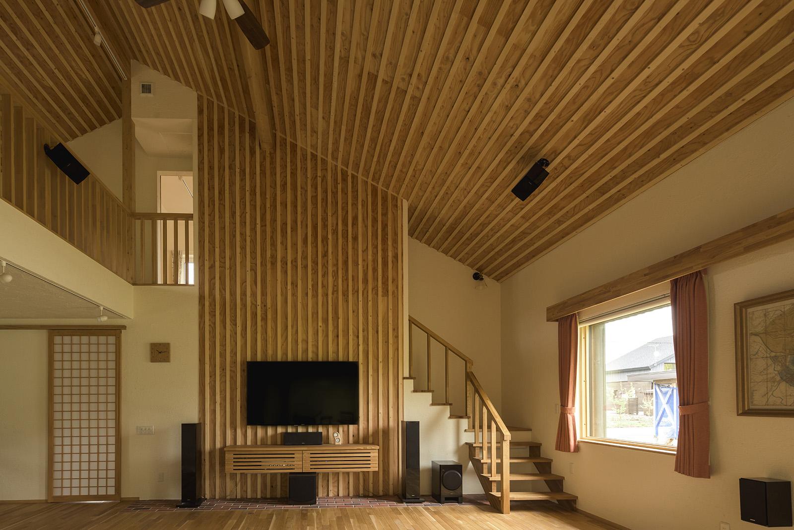 音の響きを考え、天井と壁の一部はリブ形状仕上げに。開放感と木のぬくもりが同居する空間となった