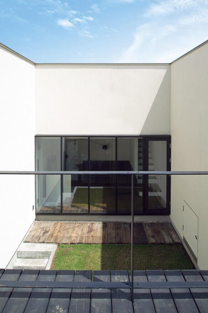 2階テラスからの光景は実に開放的。リビングを見下ろすこともできるが、ついつい目線は青空へと導かれる