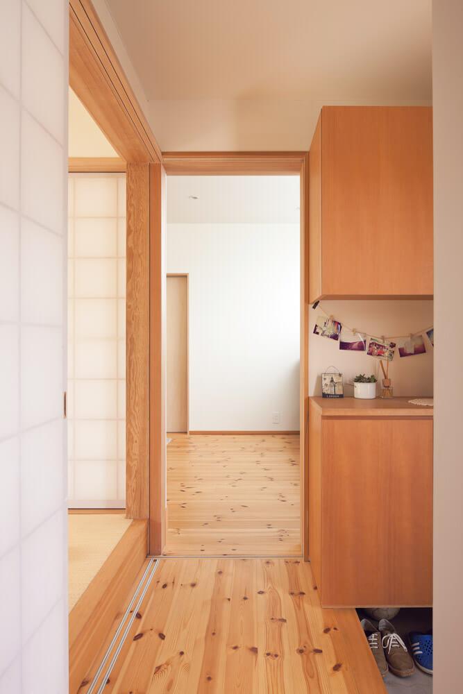 コンパクトにまとめられた玄関は、リビング・和室・水まわりそれぞれにつながり、使い勝手の良い生活動線を確保