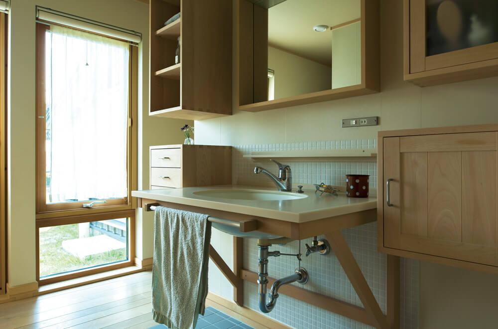 スッキリとしたデザインにブナの木質感を際立たせた造作洗面台