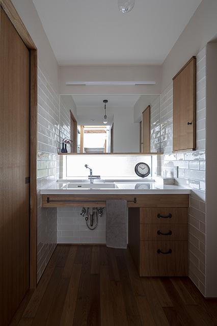 外光を取り込んだユーティリティ。キッチンと洗面所のタイルと照明は奥さんが悩みぬいてセレクトしたもの