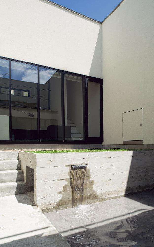 水盤を設けた中庭は、光や風だけでなく、流れる水の音でも心地よさをもたらしてくれる
