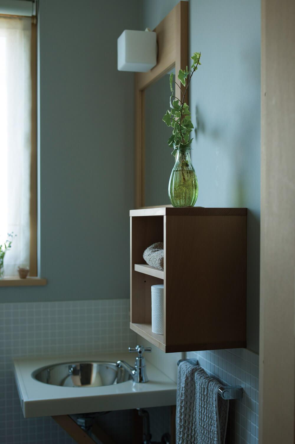 トイレも造作の収納や鏡を採用した造作仕様。子ども室のある2階にも雰囲気の異なるトイレが設けられている