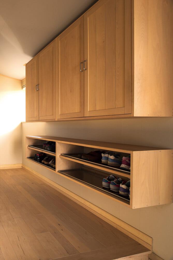 玄関ホールに設けたオリジナルの靴箱は、開閉のバランスが絶妙
