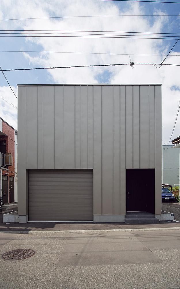 うなぎの寝床のような細長い敷地で、間口は約7m、奥行きは約23m。周囲には集合住宅が建ち並び、プライバシーの確保を求めてコートハウスを提案