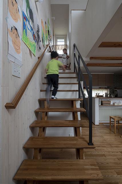 階段の中ほどを右へ行くとライブラリと子ども部屋、階段を上りきるとフリースペースにつながる