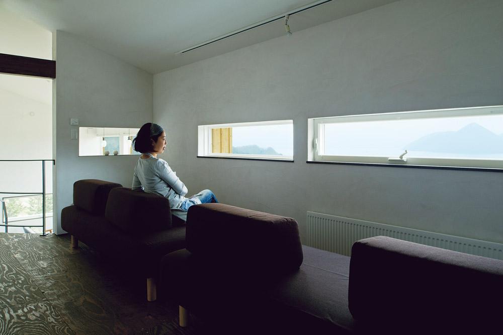 横に細長い樹脂サッシを用いて、風景を効果的に切り取ることができる