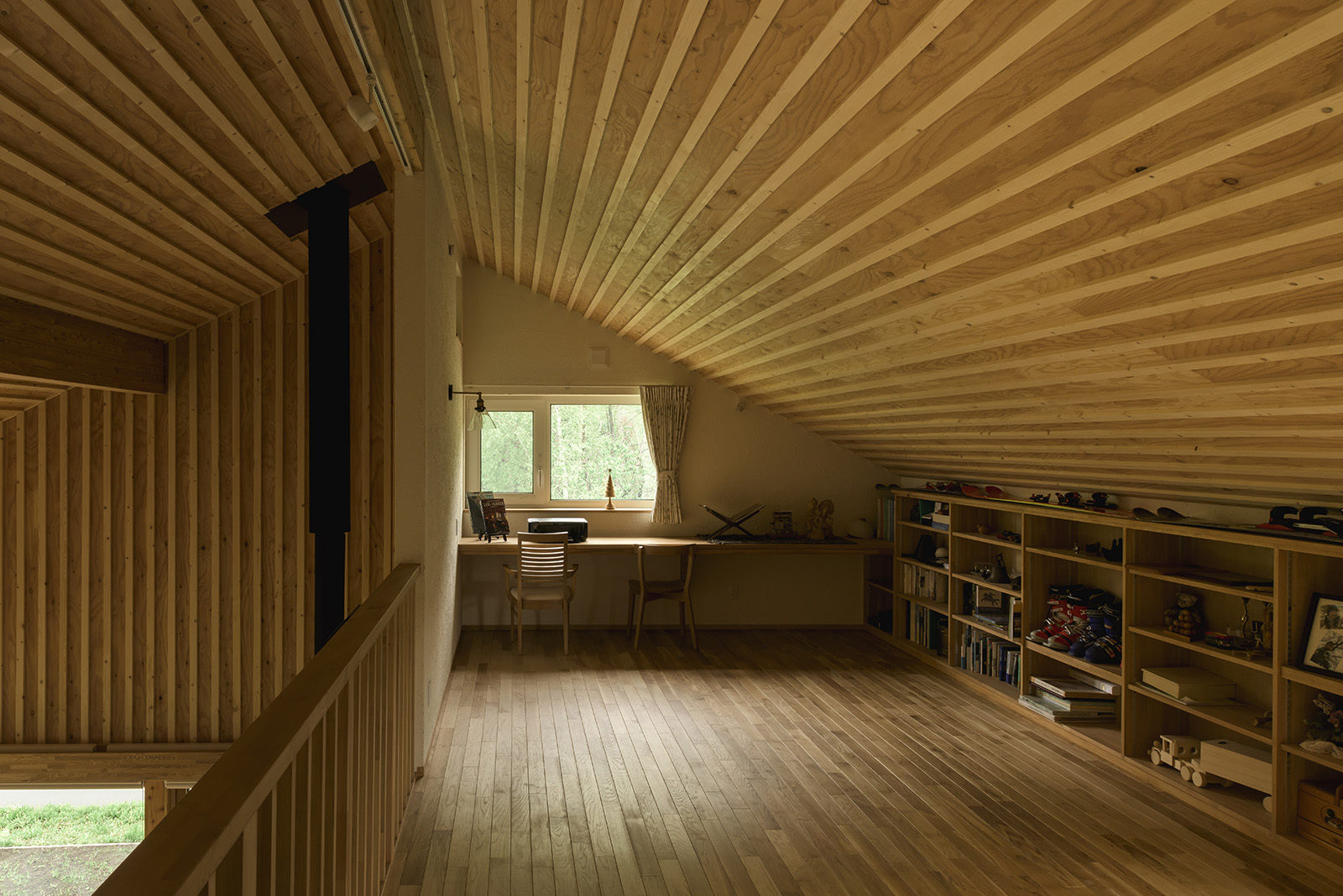 書斎を設けた2階のロフト風フリースペース。「山小屋に憧れていたので、それらしい雰囲気がお気に入りです」と奥さん。カヌー仲間が寝袋を並べて眠ることもあるそう
