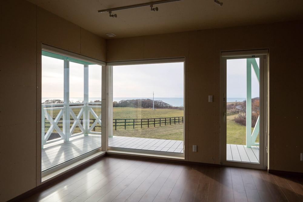 眺望の良さを生かしてL型に設けたリビングの窓。樹脂サッシは錆びに強いので、海に近いロケーションの家との相性が良い